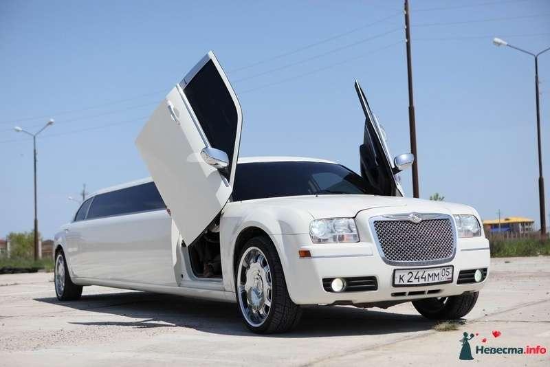 """Белый """"Chrysler"""", на фоне  зелени луга. - фото 103001 Компания """"КАРАВАН-СЕРВИС"""""""