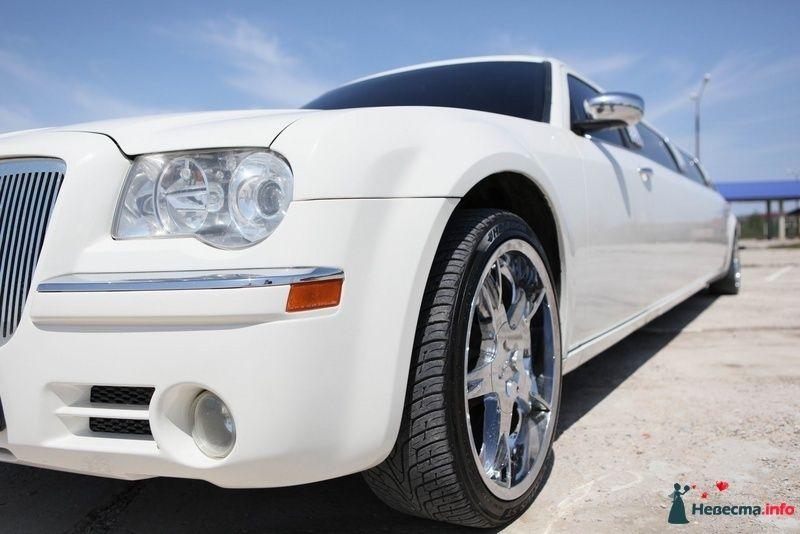 "Белый ""Chrysler"", на фоне  зеленого луга. - фото 103013 Компания ""КАРАВАН-СЕРВИС"""