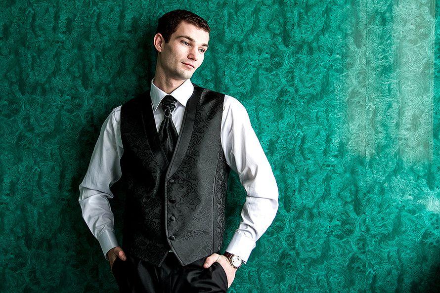 Жених в белой рубашке, черных узорчатых жилетке и галстуке и в черных брюках - фото 1763725 Фотограф Стас А.Григорьев