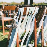 Оформление стульев лентами в пыльно-голубом цвете