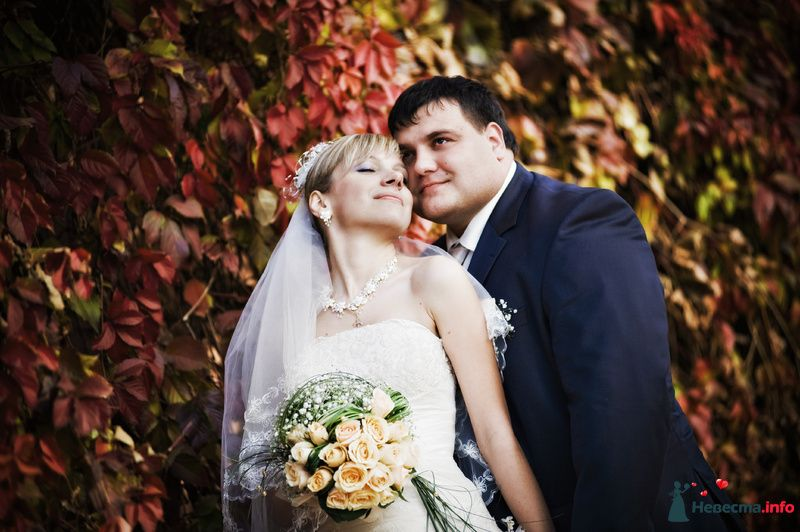 Жених и невеста стоят, прислонившись друг к другу, на фоне красных листьев - фото 98325 Фотограф Бернард Роман