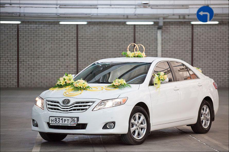"""Белый автомобиль украшенный экибанами из желтых роз , соединенными бусами, на крыше стойка из колец и букетики на боковых - фото 867265 Транспортная Компания """"Carтеж"""" - прокат авто"""