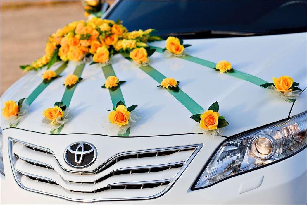 """Белый автомобиль, украшенный круглой экибаной из желтых роз с лучами зеленых лент усыпанных бутонами желтых роз. - фото 867285 Транспортная Компания """"Carтеж"""" - прокат авто"""