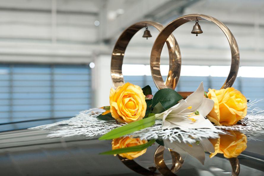 """Стойка из колец с колокольчиками и желтых роз у основания. - фото 867361 Транспортная Компания """"Carтеж"""" - прокат авто"""