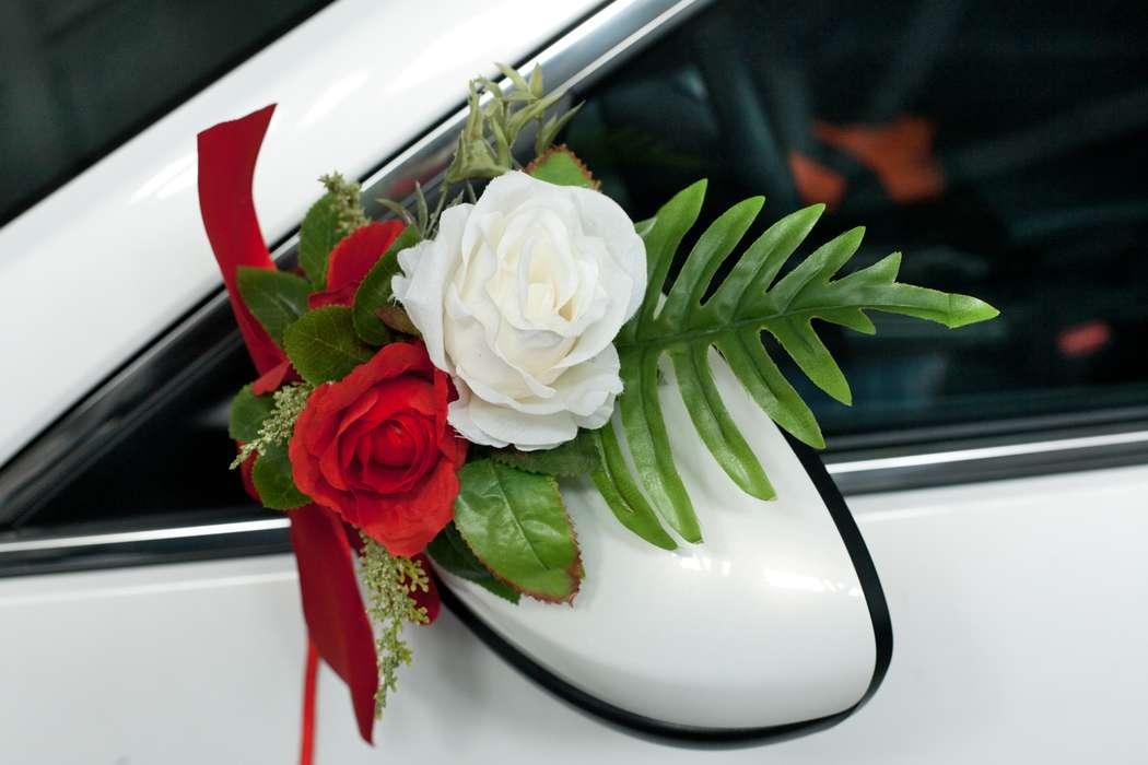 """Красная и белая розы в зелени- оформление зеркал бокового зеркала. - фото 867441 Транспортная Компания """"Carтеж"""" - прокат авто"""