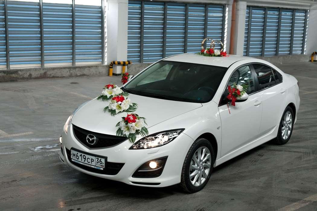 """Россыпь экибан красно- белых роз, стойка из колец и букетик на боковых зеркалах- украшения свадебного авто. - фото 867447 Транспортная Компания """"Carтеж"""" - прокат авто"""