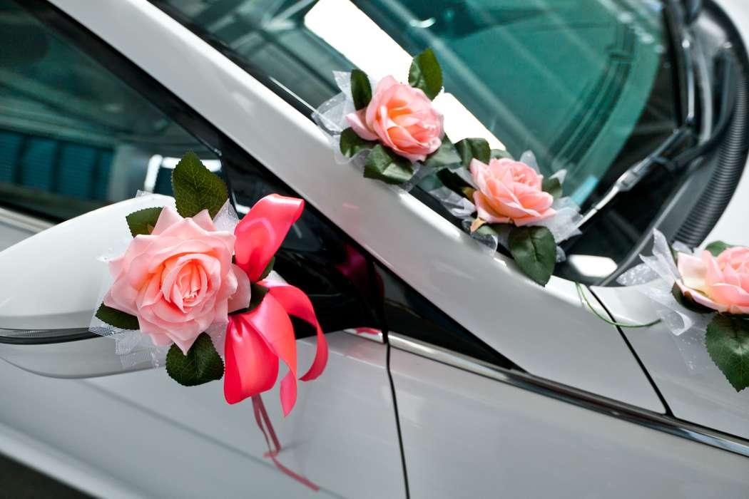 """Розочка в розовой ленточке на боковое зеркало как украшение свадебной машины. - фото 867559 Транспортная Компания """"Carтеж"""" - прокат авто"""