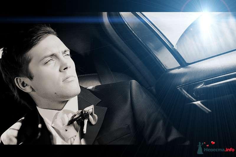 """Классический черный костюм жениха """"тройка"""" с белой рубашкой,белой жилеткой, белым галстуком с бусиной, и с бутоньеркой в петлице - фото 98749 Ян"""