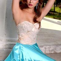 Подружка невесты в корсетном бело-голубом платье
