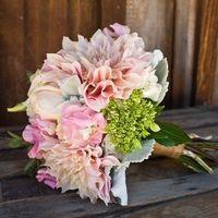 Нежно-розовый букет невесты из астр, роз и вибурнума