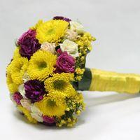 Желто-розовый букет невесты из роз и астр