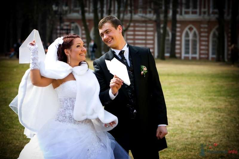 Жених и невеста стоят рядом на улице - фото 59632 Smart81