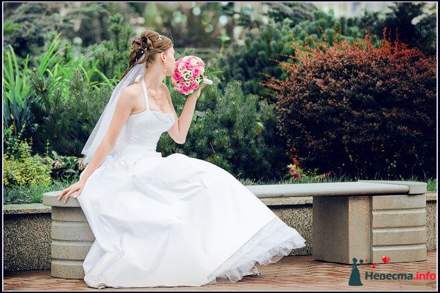 Невеста в белом длинном платье сидит на скамейке с букетом розовых цветов - фото 84695 Невеста01