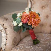 Оранжево-зеленый букет невесты из астр, роз, эвкалипта и сукулентов