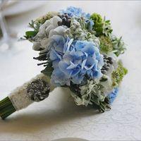 Букет невесты из голубых гортензий и зеленых хризантем