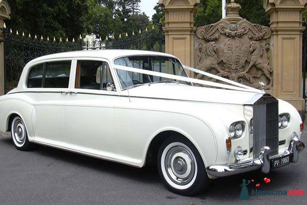 """Белый """"Rolls-Royce"""", украшенный лентами, возле каменного и кованного забора. - фото 113392 No4ka"""