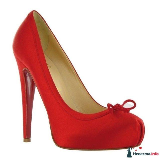 Красные туфли на высоком каблуке,  с открытым носком и украшенным - фото 106550 Тома)
