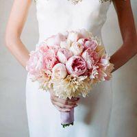 Букет невесты из розовых пионов, роз и белых астр