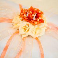 Подушечка для колец с яркими цветами на оранжевой свадьбе Алексея и Анжелики