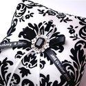 Белая подушечка для колец с чёрным рисунком и брошью