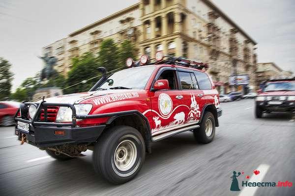 """Красная расписная """"Toyota"""", на фоне городской дороги. - фото 107288 Бродяги - аренда настоящих автомобилей"""
