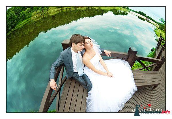 Жених и невеста сидят, прислонившись друг к другу, на берегу озера - фото 106885 Андрей Алешин
