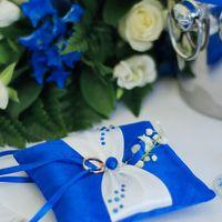 Синяя подушечка для колец с белым бантом