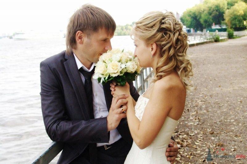 Жених и невеста стоят, прислонившись друг к другу, с букетом белых роз - фото 48386 Свадебный стилист Дарья Карюхина