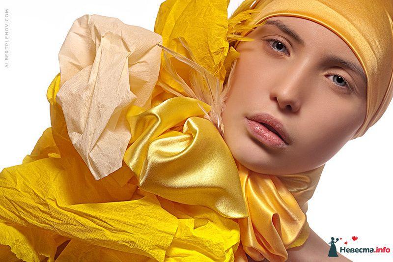 Креативный образ невесты выражен в прическе из собранных волос с желтой пышной шапкой, с естественным макияжем - фото 109942 Хабарова Марина - прическа и макияж на свадьбу
