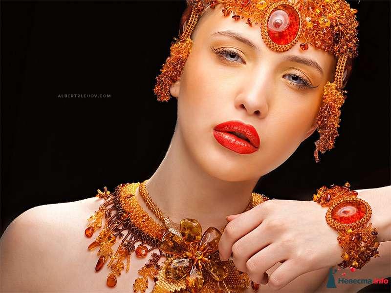 Образ невесты в египетской стиле в ожерелье, браслетом на запястье и тиарой на голове из оранжевого бисера, стекляруса и янтаря  - фото 109980 Хабарова Марина - прическа и макияж на свадьбу