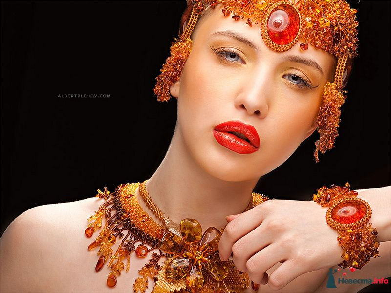 Образ невесты в египетской стиле в ожерелье, браслетом на запястье и