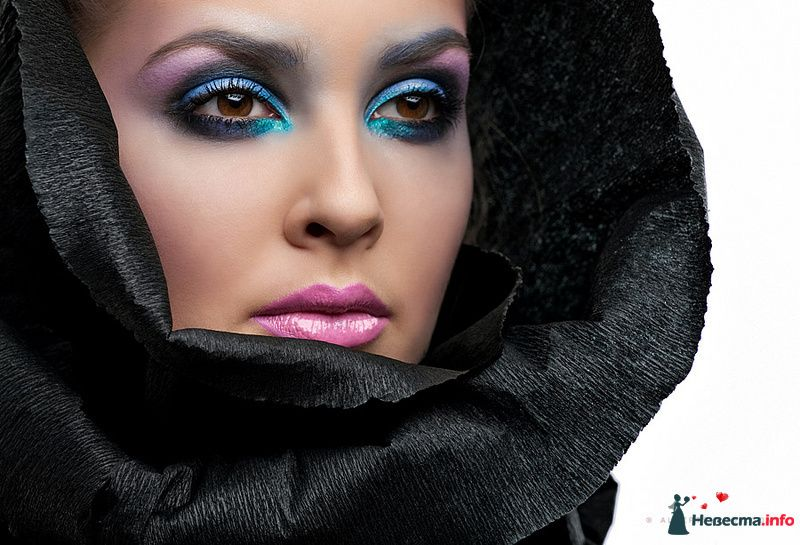 Эпатажный образ невесты выражен в ярком макияже в голубом и черном тонах - фото 109990 Хабарова Марина - прическа и макияж на свадьбу