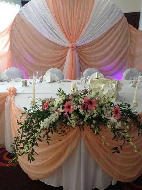 Свадебный декор тканью, арка для свадьбы, цветочная композиция. Отель Ренессанс. - фото 1424813 Шарм - оформление шарами и тканями