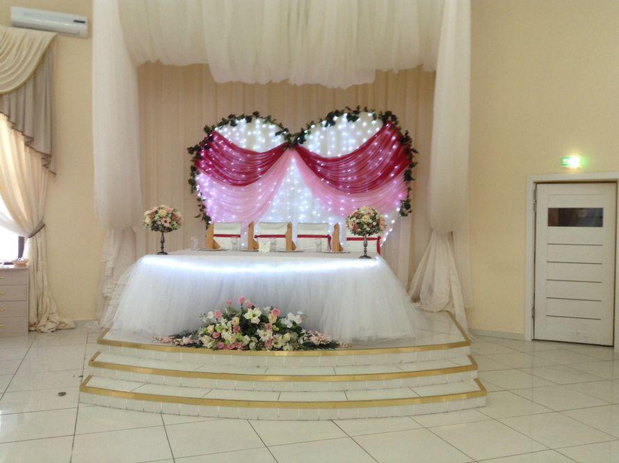 Свадебная арка в президиум молодых. - фото 2162006 Шарм - оформление шарами и тканями