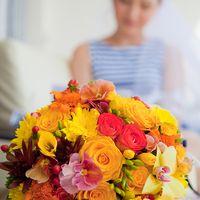 Яркий желтый букет невесты из орхидей, фрезий и роз