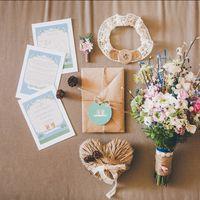 Приглашения на свадьбу, подвязка, подушечка для колец и букет, выдержанных в одном стиле