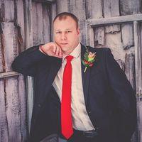 жених в красном галстуке с бутоньеркой