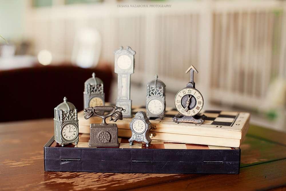 """Множество оригинальных серых часов в виде зданий - фото 1052723 Загородный комплекс """"Бабушкин Сад"""""""
