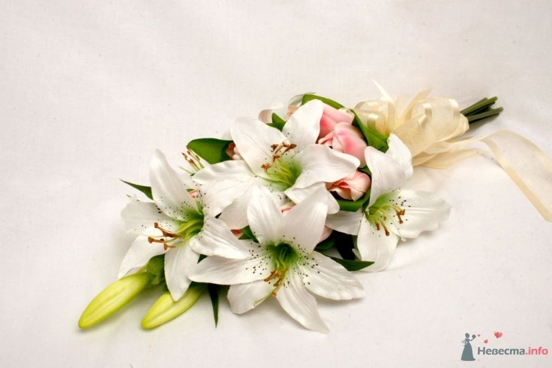 Вертикальный букет невесты из белых лилий, завязанный белой атласной - фото 25986 Missy