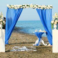 Оформление церемонии на пляже в синем цвете.