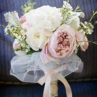 Розово-белый букет невесты из роз, хамелациума и гортензий