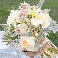 Букет невесты в стиле рустик из астр и роз