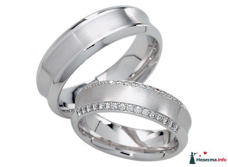 Золотые обручальные кольца, выполненные в классическом стиле с россыпью бриллиантов. - фото 115125 Yulia_Stas