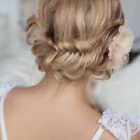 Воздушное плетение французской косы. Украшенное искуственым цветком