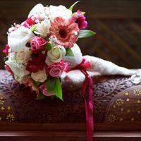 Букет невесты в розовых и белых тонах из калл, гербер и роз