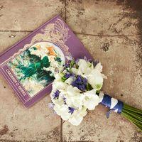 Букет невесты из белых гортензий и синих гиацинтов