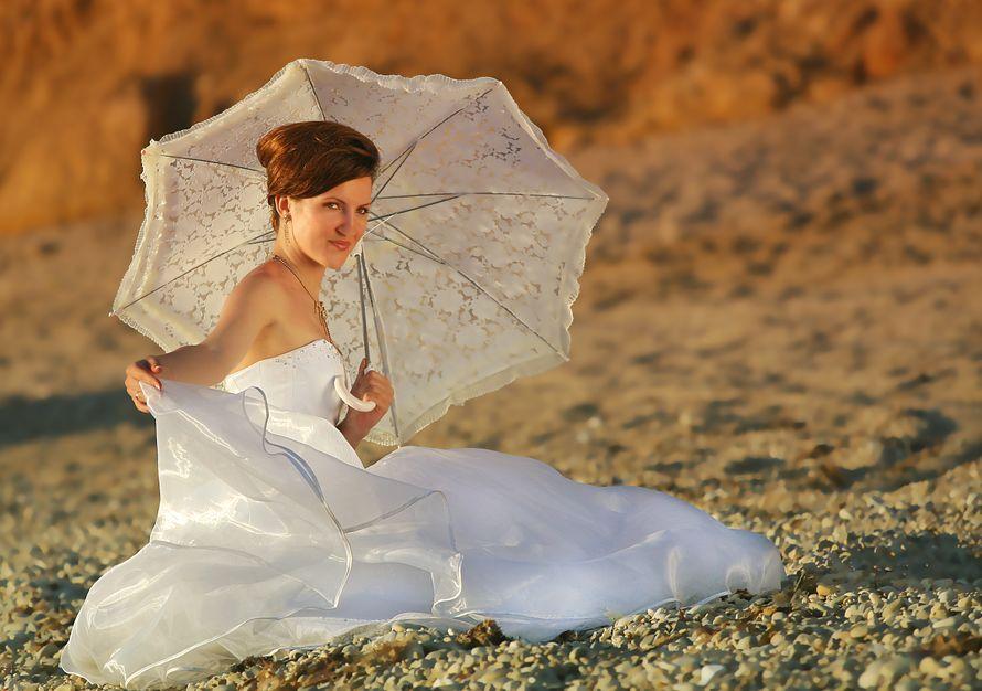 """В руках невесты белый ажурный зонт с рюшами - фото 1091081 Студия """"ПроБлеск"""" - фото и видео"""