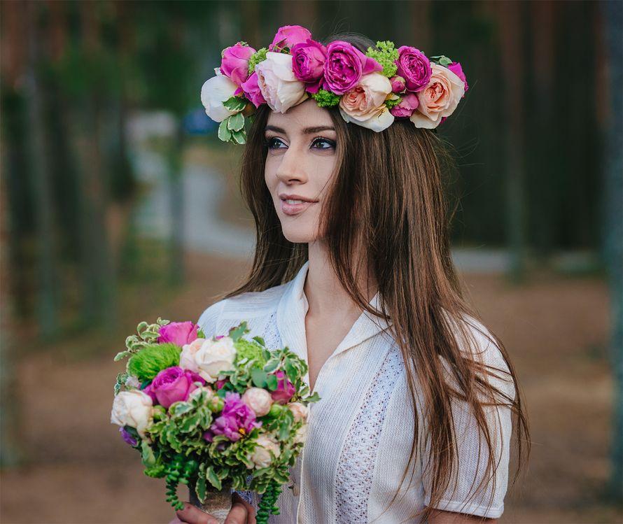 Распущенные волосы невесты украсил венок из ярко-розовых и персиковых роз - фото 2297564 Фотограф Натали Малова