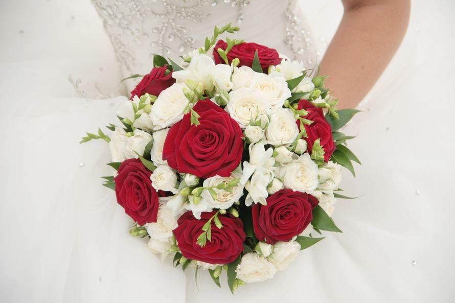 Орех, свадебный букет из белых и красных