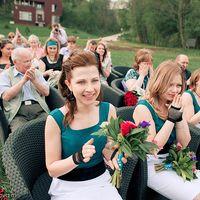Подружки невесты-сочетание зеленого белого и черного на церемонии бракосочетания